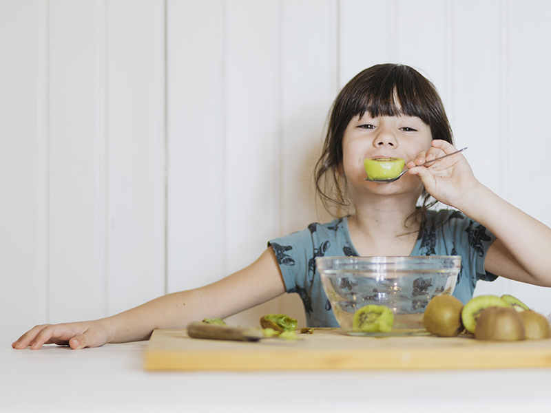 Nina-comiendo-kiwi.jpg