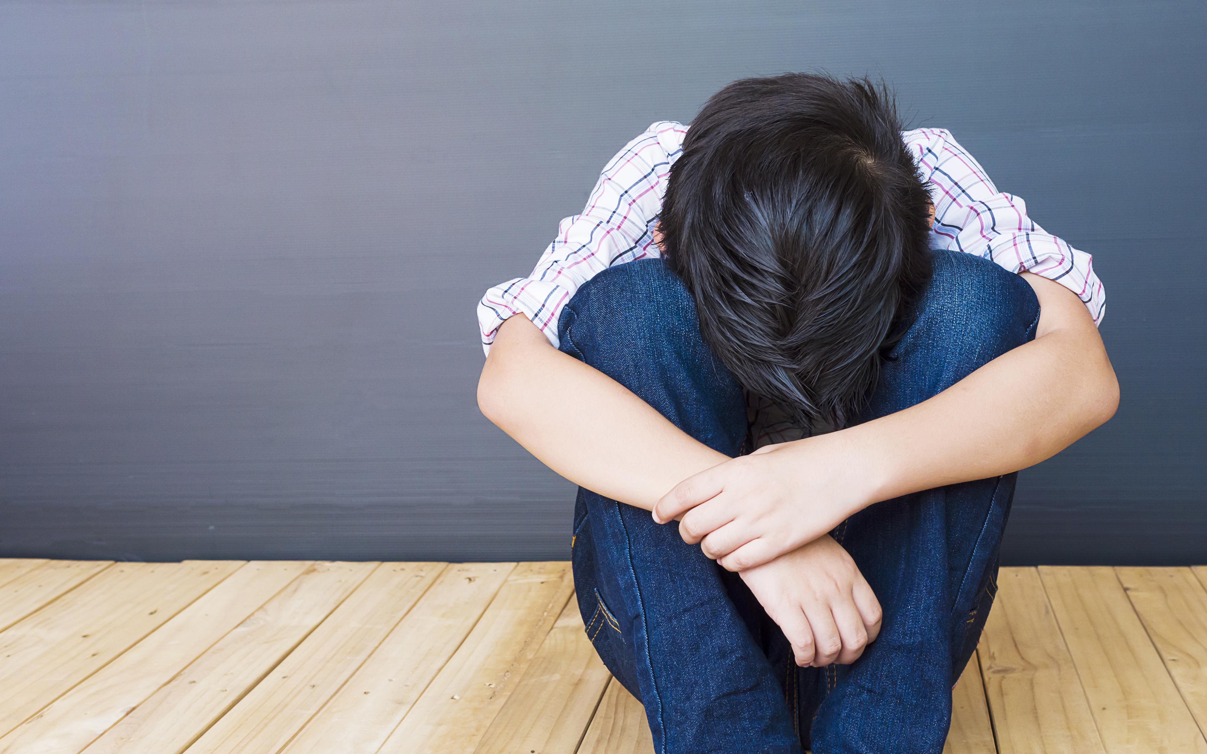 Nino-triste-acurrucado.jpg