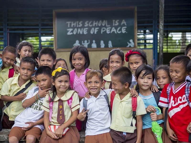 Ninos-frente-a-escuela-ONG-Filipinas.jpg