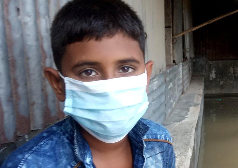Niño afectado por las consecuencias del ciclón Amphan y el coronavirus en Banglades