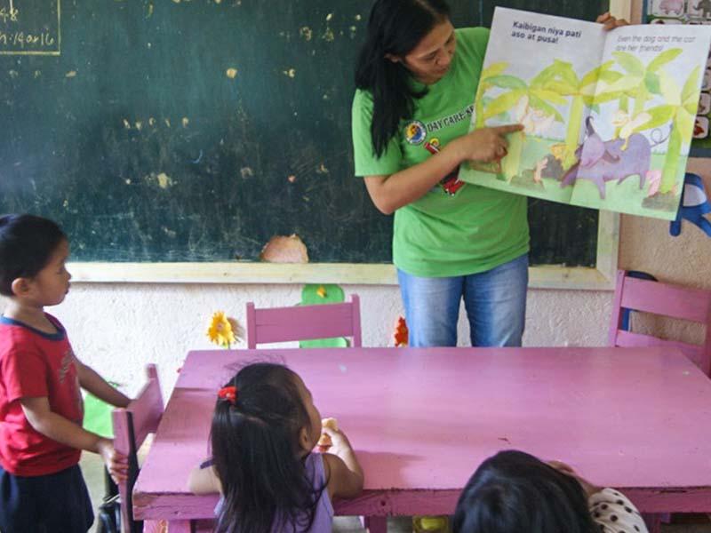 Profesora-Anita-dando-clases-Filipinas.jpg