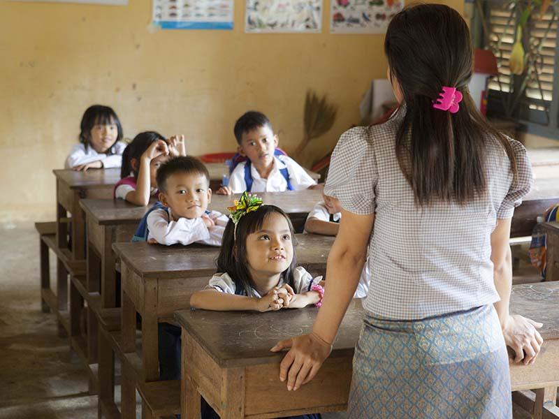 Profesora-ONG-en-escuela.jpg
