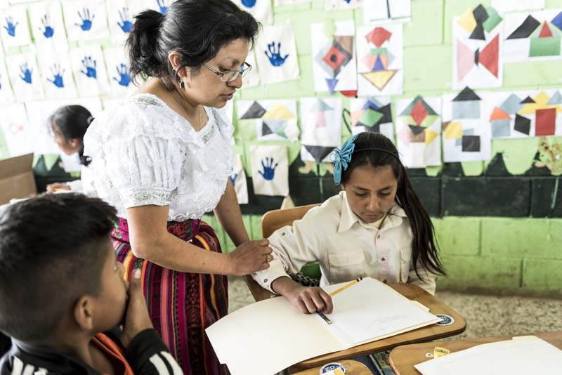 Profesora-y-alumna-en-Guatemala.jpg