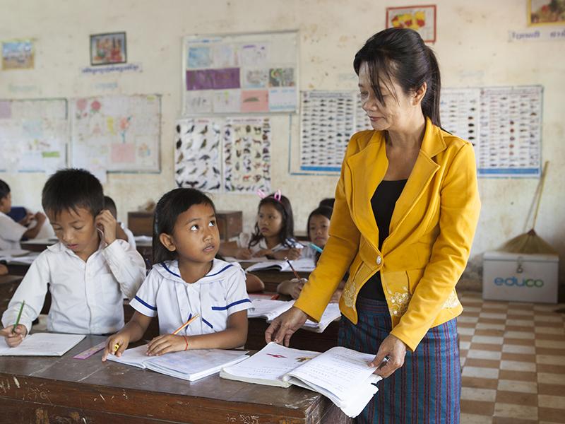 Profesora-y-alumnos-en-escuela-Camoya-Educo.jpg