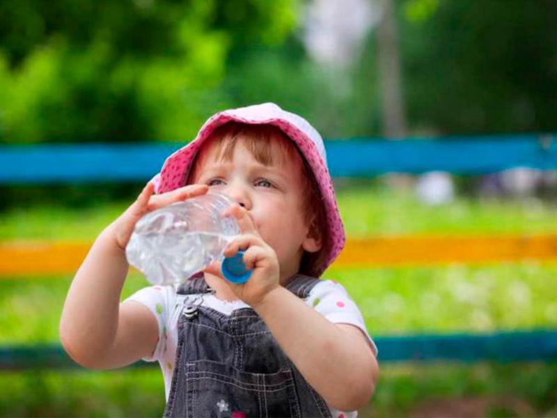 beber-agua-botella.png