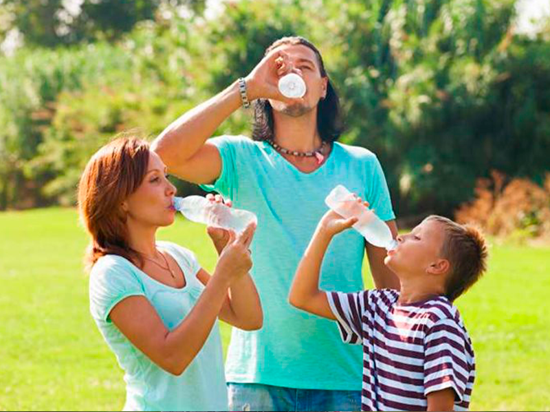 beber-agua-familia.png