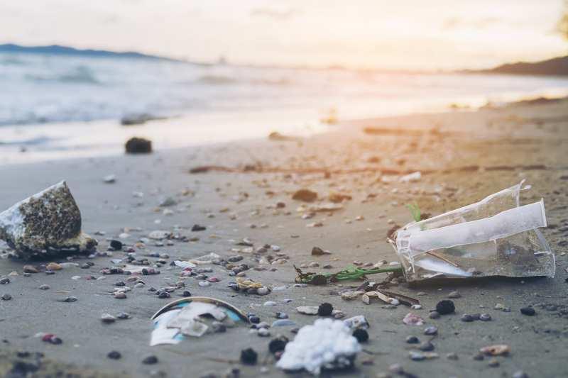 contaminacion-plastico-playa.jpg