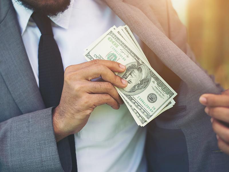 hombre-billetes-dinero-chaqueta.png