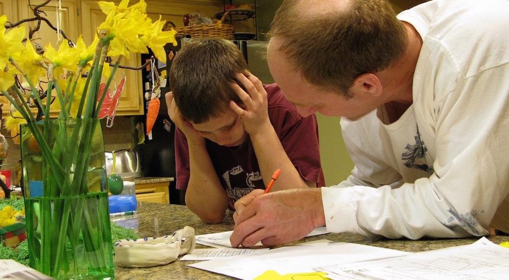 Foto de la entrada:¿Habría que ayudarles con los deberes?