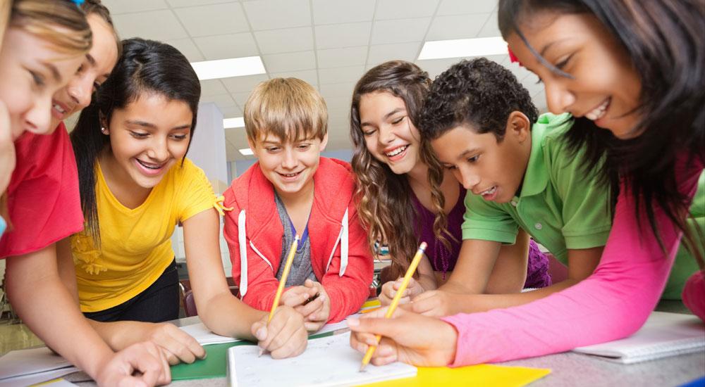 Educo Team: Un niño ayuda a otro niño