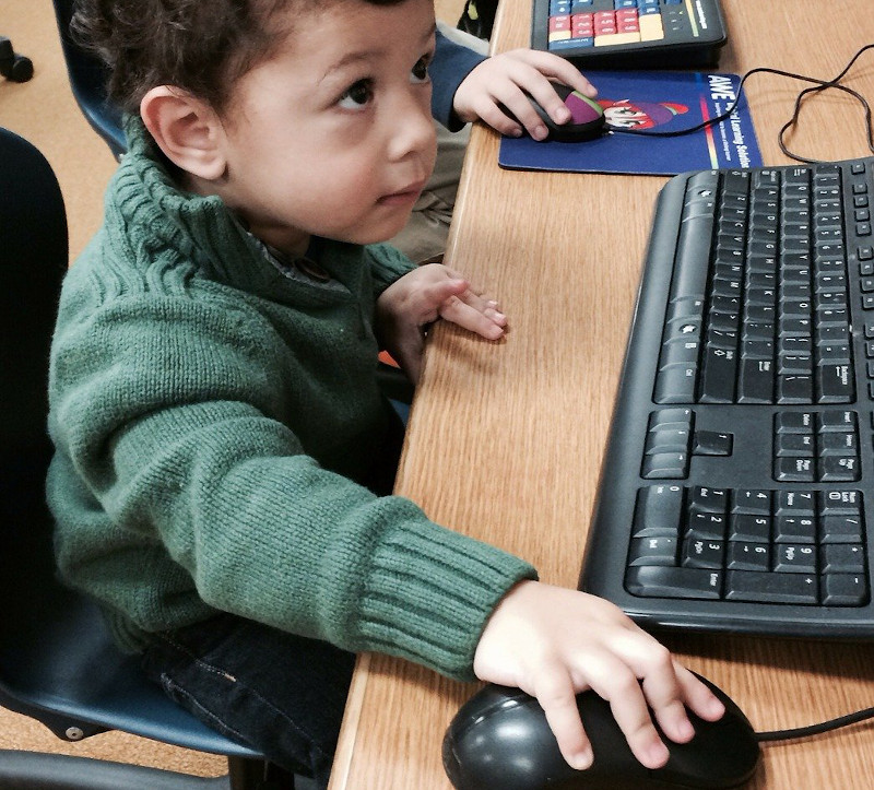 Niño delante de un ordenador