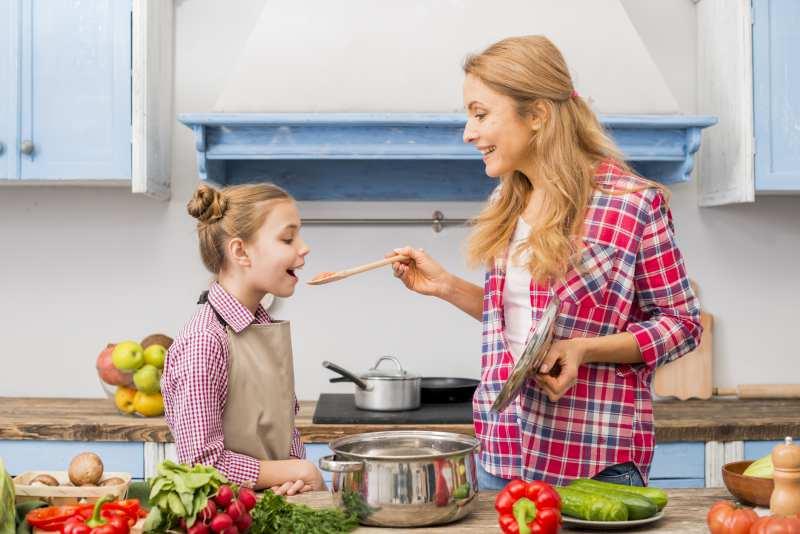 madre-hija-cocinando-comida-saludable.jpg