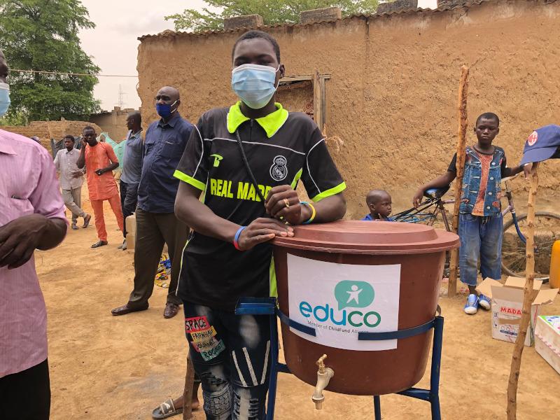 Foto Coronavirus: lotes de higiene, formación para la prevención de la pandemia y educación a distancia para niños y niñas de Mali.