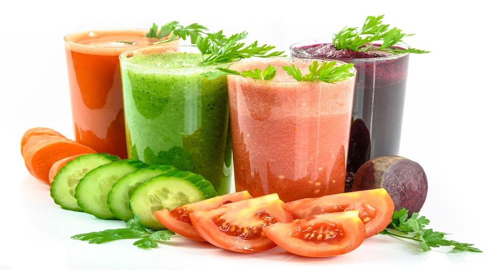 Prevenir los catarros con zumos en casa.