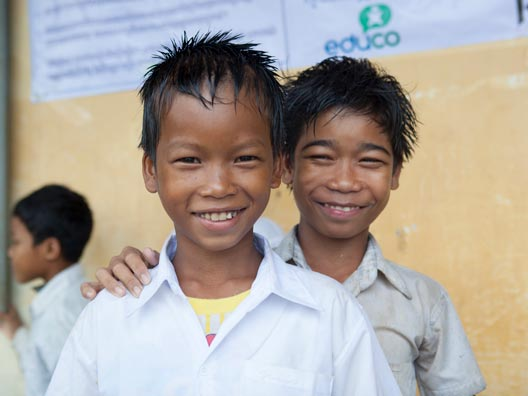 niños en la escuela ayudándose