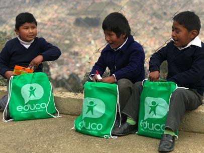 niños con material escolar en Bolivia