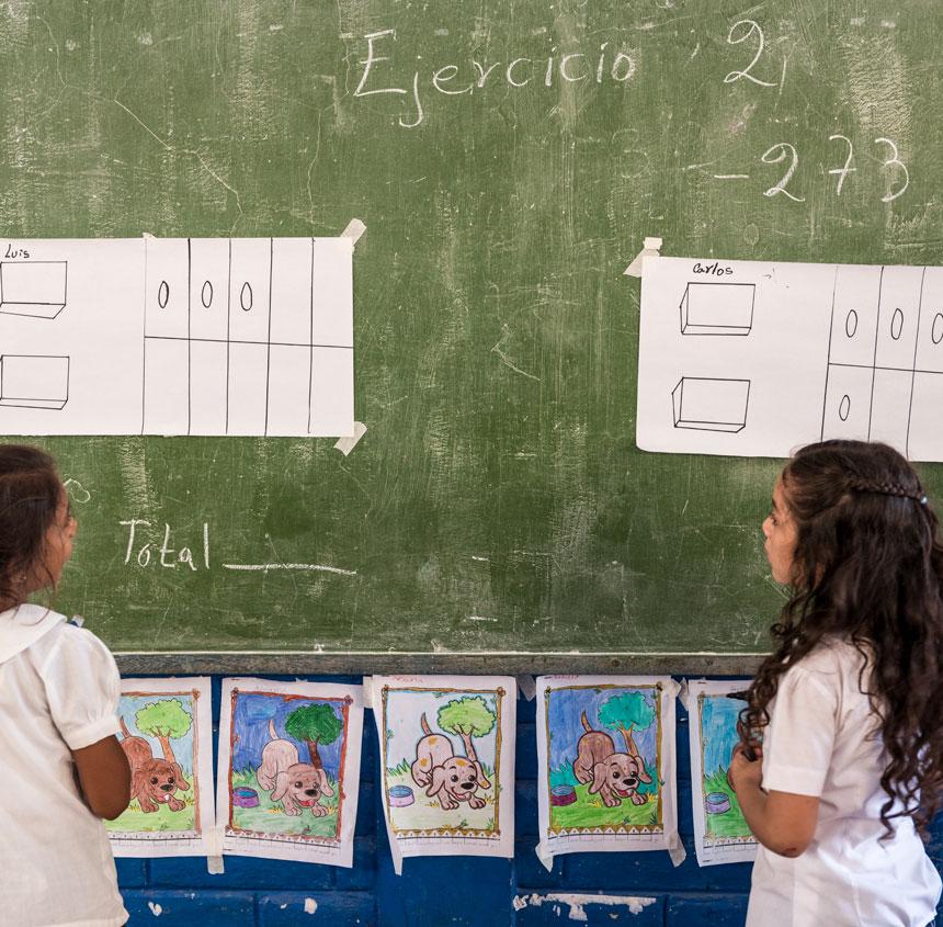 niña estudiando, Bolivia
