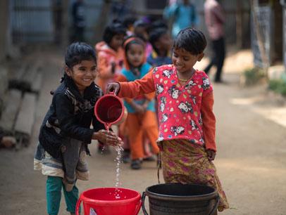 niñas cox's bazar lavandose las manos