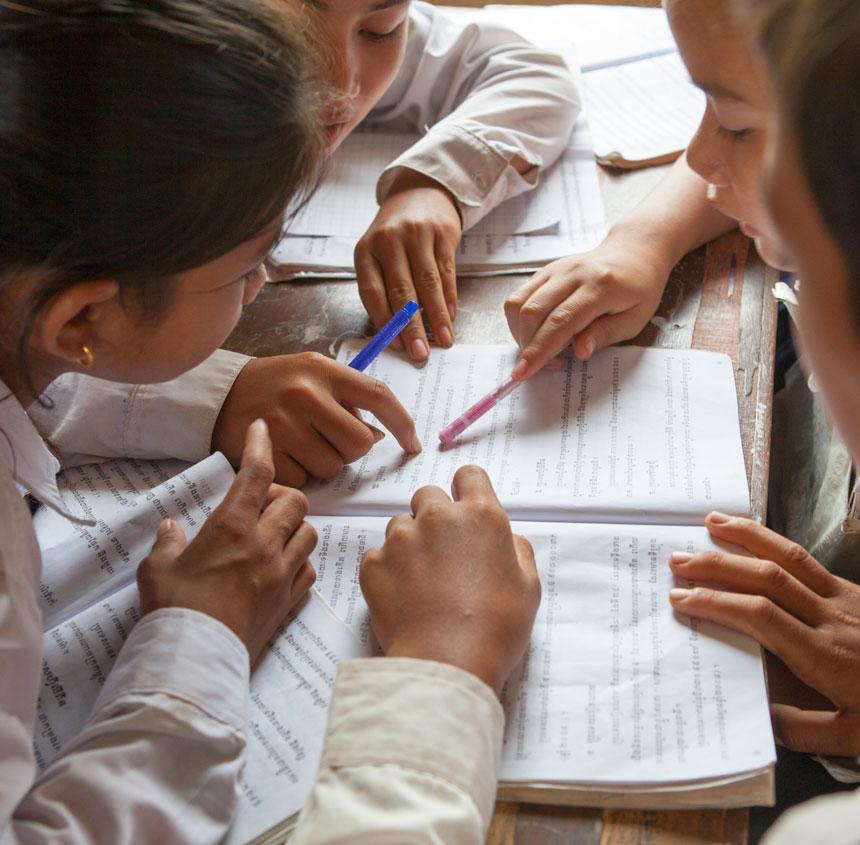 niños y niñas estudiando en camboya