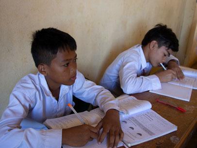 chicos estudiando en camboya