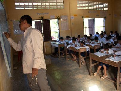 profesor dando clase en camboya