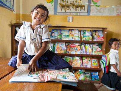 niñas en la bibloteca del colegio en camboya