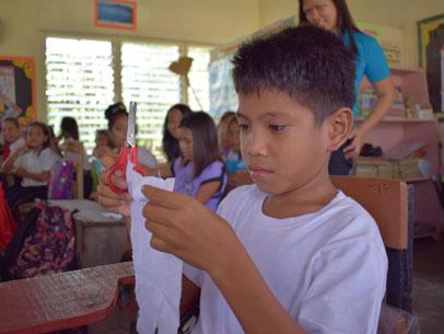 niño cosiendo, escuela filipinas