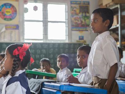 niños comiendo, india