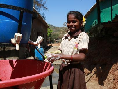 niñas lavandose las manos, india