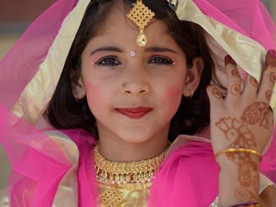 niña maquillada, india