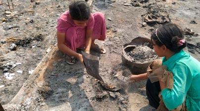Niñas recogiendo ceniza, Cox Bazar
