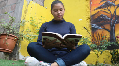 Joven leyendo un libro, El Salvador